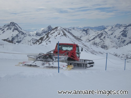 Photo Dameuse En Action Sur Piste De Ski